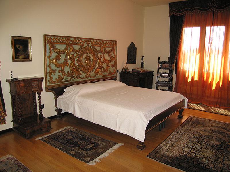 Camera matrimoniale con testiera barocca